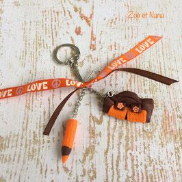 Porte clé Cartable et crayon... choco et orange... ref. LOVE