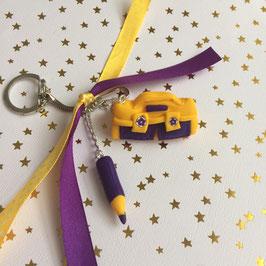 Cadeau maitresse... porte clé... cartable & crayon... jaune & violet... (ref. L.A. 1)