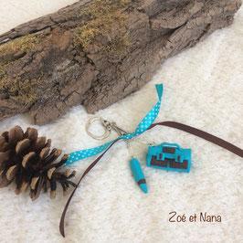 Porte clé, bijou de sac, Cartable & crayon, Turquoise & choco... (ref. Lois2)