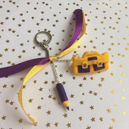 Porte clé cartable et crayon... jaune et violet... (ref. LA5)