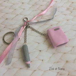 Porte clé livre et crayon rose et gris... ref. JUIN2
