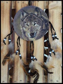 Suspension tête de loup et plumes