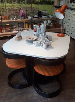 Tisch 70er Jahre mit vier Stühlen