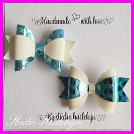 Twee haarstikken glimmend blauwe hartjes en wit kunstleer