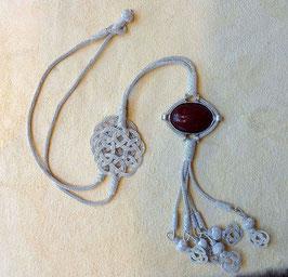 Silber Collier Endlosknoten mit oval gefasstem Achat und Quaste mit Perlen