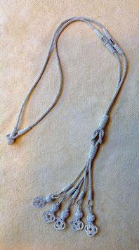 Silber Collier mit Herkules Knoten und Quaste mit Perlen