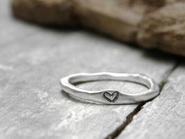 Stapelring No. 11 aus 925 Silber mit geprägtem Herzchen