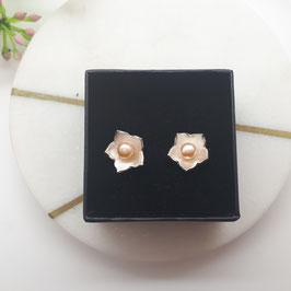 Ohrstecker aus Silber 925 in Blütenform mit einer Perle in apricot
