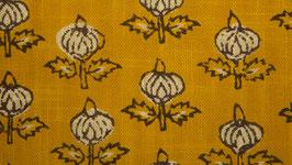 Fleur bouton sur une prairie jaune