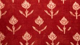 A. Bouton floral écru sur un champ rouge