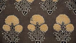 Fleurs ocre jaune sur un sol brun
