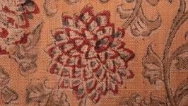 Fleurs kalamkari sur une terre abricot
