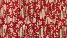 Feuillage vu à travers un rideau rouge