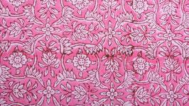 Petites fleurs étoilées cerclées de rose