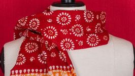 A. Étole batik rouge et orangée