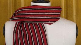 Étole aux rayures rouges et noires (1)