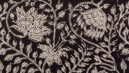 A. Bourgeons de fleurs sur un fond noir