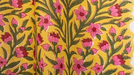 Effloraison rose dans un jardin jaune