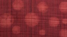 Pois rouges sur une terre rouge
