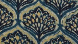 Fleur jaune dans un médaillon indigo