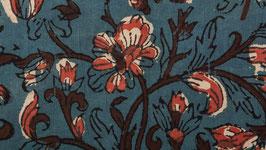 Fleurs des champs sur un sol bleu vert