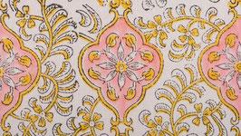 Rosace florale dans un médaillon rose
