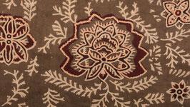 Rose couronnée de bordeaux