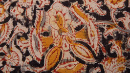 Fleurs kalamkari sur une terre noire (2)