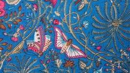 Papillons roses sur un ciel bleu azur