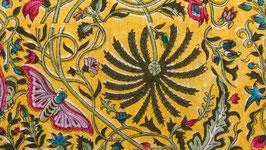 A. Papillons roses sur un ciel jaune or
