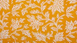 Grandes feuilles sur un champ jaune orangé