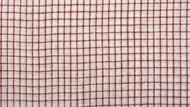 A. Tissu bio à petits carreaux rouges