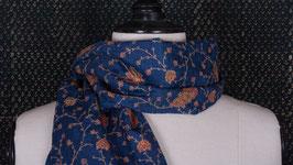A. Étole brodée bleue