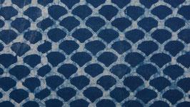 Vagues bleues sur une écume de mer