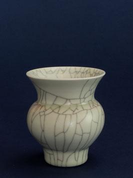 12 Kleine Vase, Bauchige Form mit Craquelé-Glasur