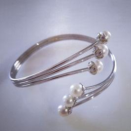 Edles Armband, schön verarbeitet mit Perlen