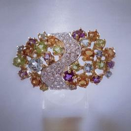 Extravaganter Ring der durch seine Farbbrilliance auffällt .