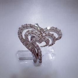 Verspielter, herzförmiger Ring besetzt mit Zirkonia Steinen