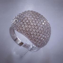 Edler Ring, der am Finger auffält, besetzt mit Zirkonia Steinen