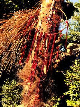 Traumfänger gross - rot-schwarz mit Tannenzapfen und Glöckchen
