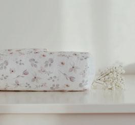 Bettschlange mit Blumen in Pastell