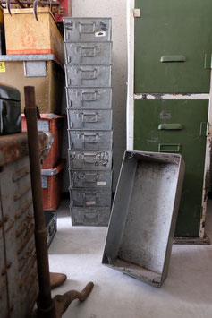 Twee oude metalen kisten  |  17.262.O