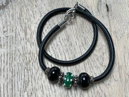 Armband Glattleder schwarz mit Beads schwarz und grün/weiss,  Verschluss Edelstahl Herz Länge: 39 cm