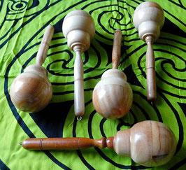 Schamanenrassel aus Mahagoni-Holz
