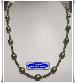 977. olivgrüne Perlenkette