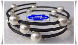 118) Memory Wire-Armband mit weißen Muschelkernperlen