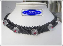 16) zierliches Glasperlen-Halsband mit Swarovski-Knöpfen