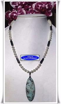 1115. Muschelkern-Perlenkette mit Achat-Anhänger