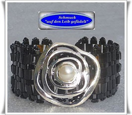 58) schwarzes Armband mit abstraktem Schmuckknopf