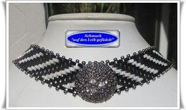 9)  Halsband mit elegantem Strass-Zierknopf